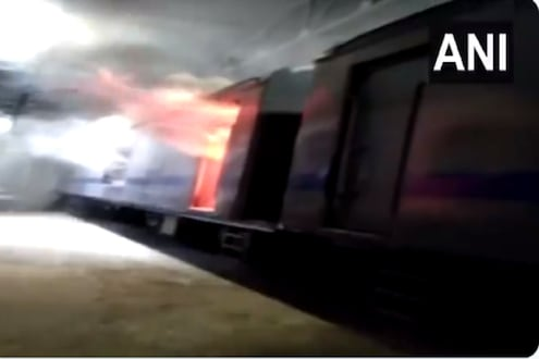 मुंबईत ऐन मध्यरात्री बर्निंग ट्रेनचा थरार; थरकाप उडवणारा VIDEO आला समोर