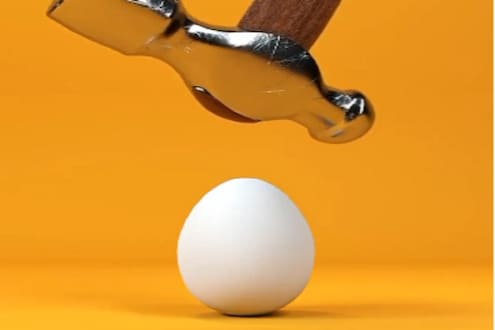 अंड्यावर हातोडा पडला तर काय होईल? व्हायरल VIDEOमधील अनपेक्षित ट्विस्टमुळे नेटकरी हैराण