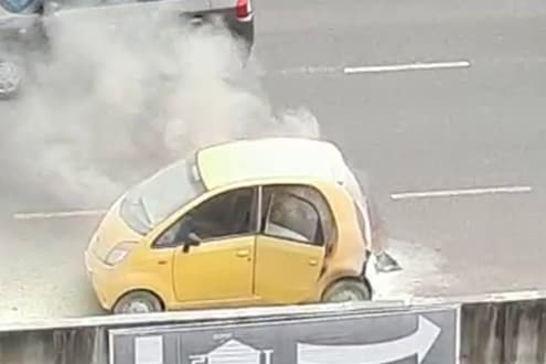 पाठी मागून धूर निघतोय सांगितल्यावर थांबली नॅनो कार, काही कळायच्या आता.., VIDEO