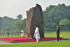 इंदिरा गांधींच्या स्मृतिदिनी शेअर केला प्रियांकांचा फोटो, काँग्रेस खासदार ट्रोल