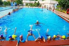 मासिक पाळीत Swimming करताना चिंता सोडा; फक्त छोटीशी काळजी घेऊन बिनधास्त पोहा