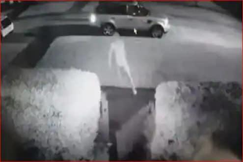 बाप रे! गाडी घेऊन पळाला चोर, नग्न अवस्थेत मालकानं केला पाठलाग, नेमकं काय घडलं पाहा VIDEO