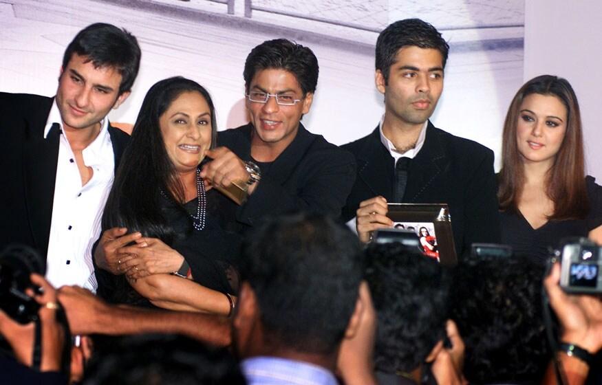 मुंबईमध्ये एका कार्यक्रमात पोज देताना सैफ अली खान, जया बच्चन, करण जोहर आणि शाहरुख खान.(Image: Reuters)