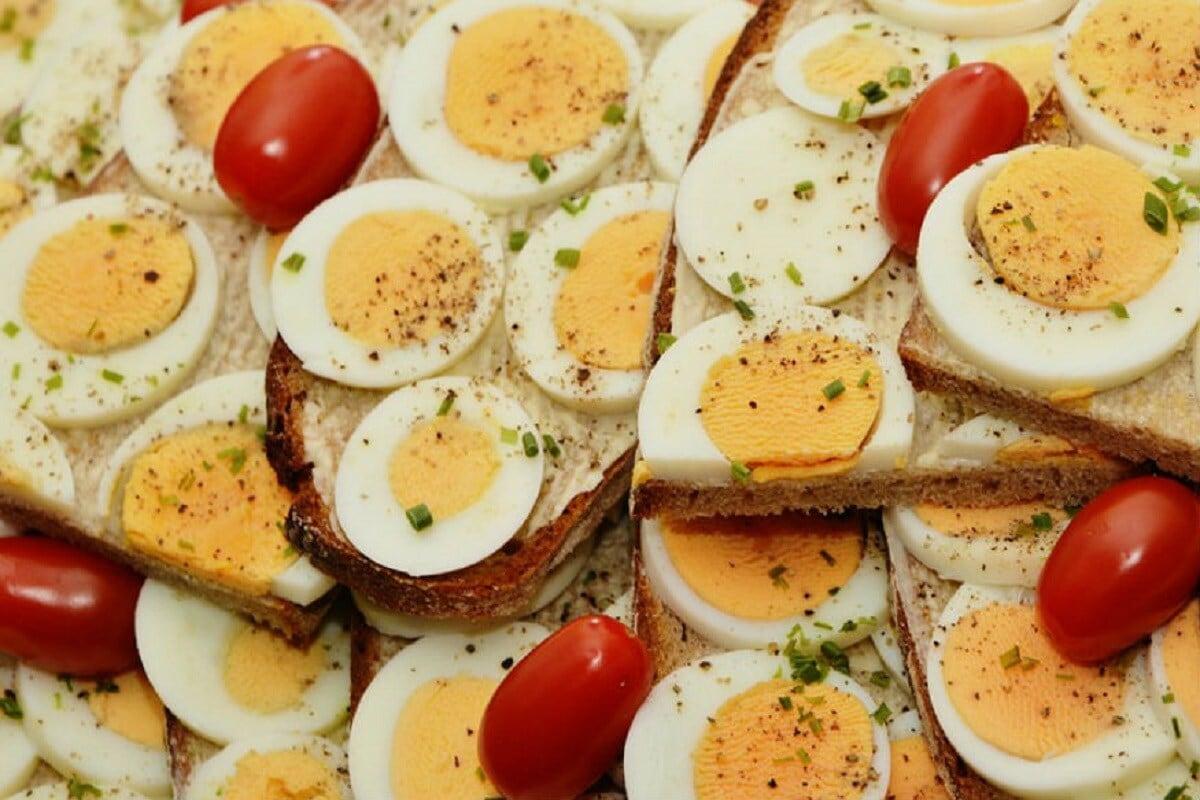 काही दिवसांपूर्वी उत्तर प्रदेशात एका व्यक्तीनं अंडी खाण्याची स्पर्धा लावली. त्याने तब्बल 42 अंडी खाल्ली आणि तो बेशुद्ध पडला त्याला तातडीनं रुग्णालयात नेण्यात आलं पण त्याचा मृत्यू झाला. त्यामुळे अंडी भले कितीही पौष्टिक असली तरी अति खाल्ल्याने जीवावर बेतू शकतं, याचं हे उदाहरण.