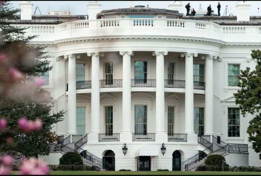 व्हाईट हाऊस आपल्या मनाप्रमाणे सजवण्यासाठी राष्ट्राध्यक्ष आणि त्यांच्या कुटुंबियांना 100000 डॉलर अतिरिक्त मिळतात. बराक ओबामा यांनी या निधीचा वापर या कामासाठी न करता दुसऱ्या ठिकाणी याचा वापर केला.एनबीसीच्या रिपोर्टनुसार डोनाल्ड ट्रम्प राष्ट्राध्यक्ष झाल्यावर त्यांनी 1.75 मिलियन डॉलर रक्कम नवीन फर्निचर आणि भिंतींच्या सजावटींसाठी खर्च केली होती.