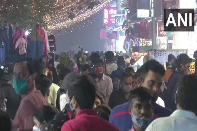 दिल्लीतला आता सर्वात वाईट काळ आहे. वायू प्रदूषण आणि कोरोना यामुळे आधीच दिल्लकरांचे हाल झाले असताना आता कोरोनाचा विळखा आणखीन घट्ट झाला आहे.