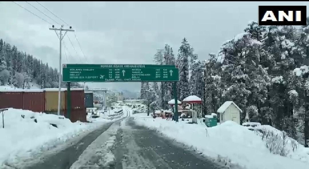 हिमाचल प्रदेशातील कुल्लू जिल्ह्यातही सोमवारी बर्फवृष्टी झाली.