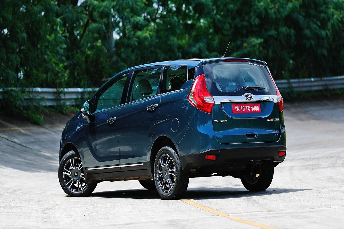 महिंद्रा Marazzo- या गाडीच्या खरेदीवर 10,000 रुपयांची रोख सूट, 15,000 रुपयांचा एक्सचेंज बोनस, कॉर्पोरेट डिस्काऊंट 6,000 रुपये आणि 5,000 रुपये किंमतीच्या अॅक्सेसरीज देण्यात येत आहेत. या गाडीच्या एम 2 व्हेरिएंटवर 2,000 रुपयांची अतिरिक्त रोख सूट मिळते आहे