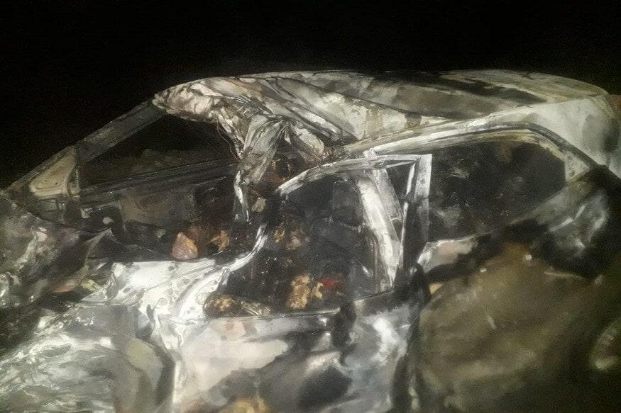 मंगळवारी सकाळी एक भयानक अपघात झाला. रोडवर एका ट्रक-कारच्या धडकेत कारला आग लागली. गाडीतील सर्वजण एका रिसेप्शन पार्टीतून परतत असताना हा अपघात झाला. (Photo: News18)