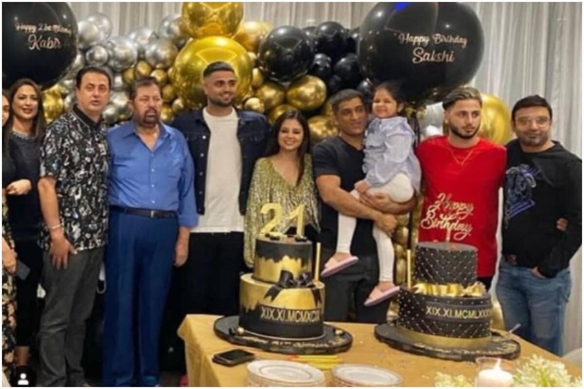 भारतीय क्रिकेट संघाचा माजी कर्णधार महेंद्रसिंह धोनीची (MS Dhoni) पत्नी साक्षीचा (Sakshi Dhoni) 19 नोव्हेंबर रोजी वाढदिवस होता. धोनी आपल्या परिवारासह सध्या दुबईमध्ये आहे. त्यामुळे साक्षीचा वाढदिवसही मोठ्या दणक्यात साजरा करण्यात आला. (csksuperfansofficial/Instagram)