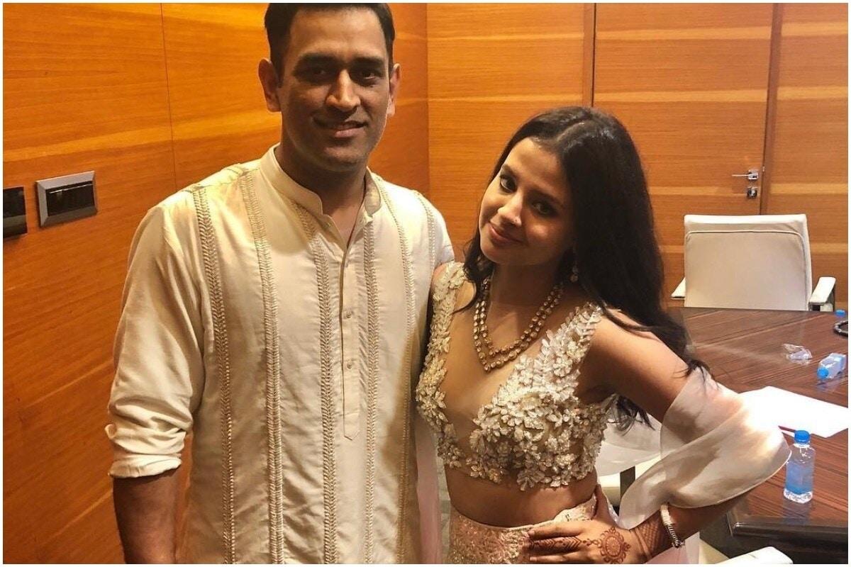 साक्षी म्हणाली की, घरात ते क्रिकेटविषयी चर्चा करीत नाही. हे त्याचे प्रोफेशन आहे आणि घर प्रोफेशनल. झिवा फक्त त्याचे ऐकते. झिवाला भाज्या खाण्यासाठी 10वेळा सांगावं लागतं, पण धोनी एकदा म्हणाला ही झिवा ऐकते. (Sakshi Dhoni/Instagram)