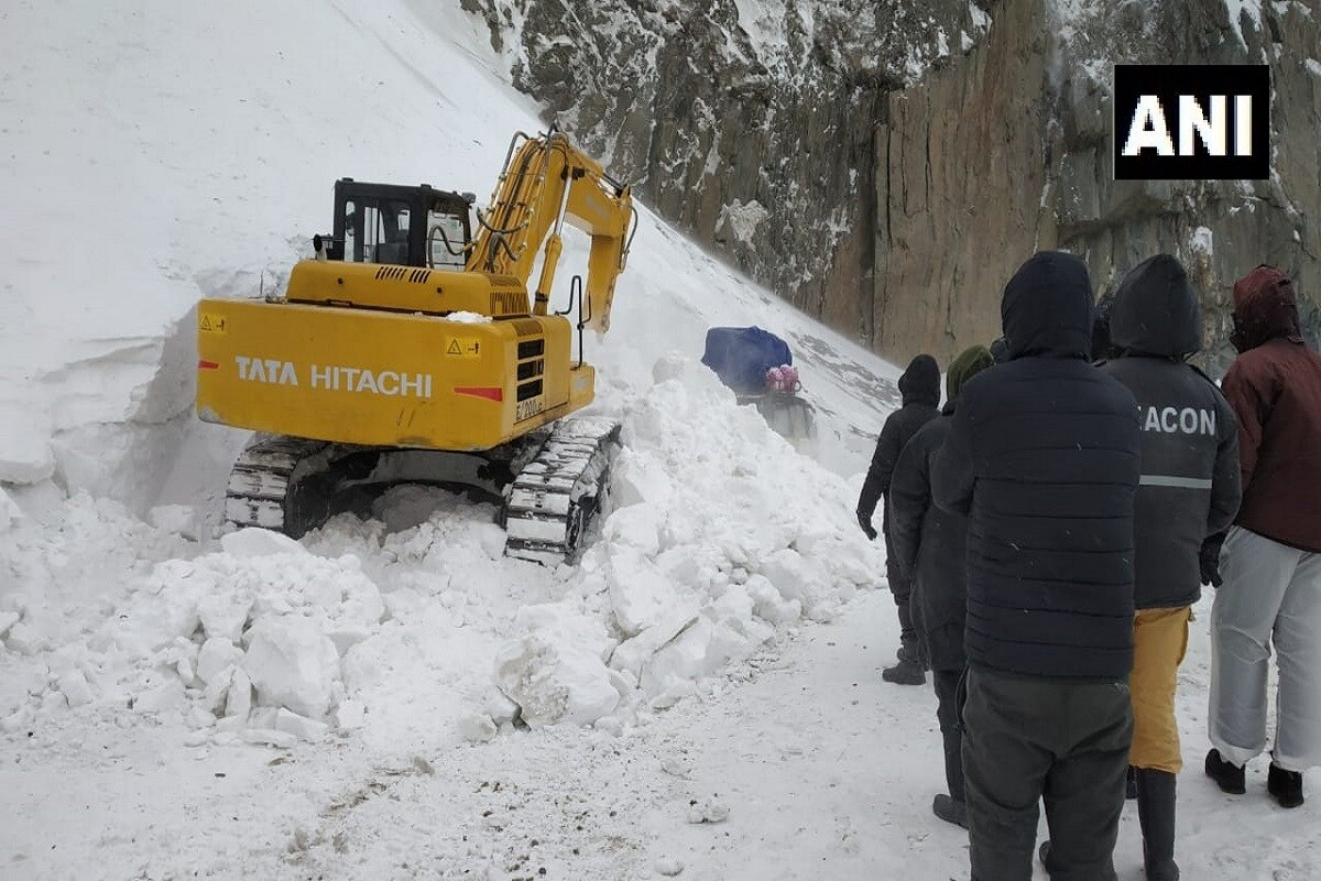 जम्मू काश्मीरमध्ये सध्या हिमवृष्टी सुरू आहे. श्रीनगर लेह मार्गावर हिमस्खलन झालं. यामध्ये सोनमर्गवरुन कारगीलला जाणारी एक गाडी अडकली. घटनेची माहिती मिळताच बीआरओच्या (Border Roads Organisation) 122 आरसीसीचे जवान घटनास्थळी दाखल झाले. तसंच जम्मू काश्मीर आणि लडाखची पोलिसांची तुकडीदेखील घटनास्थळी दाखल झाली.
