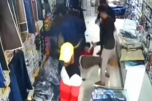 VIDEO : 4 तरुणांची गुंडगिरी! दुकानात घुसून मालकाला लाथा बुक्क्यांनी मारहाण