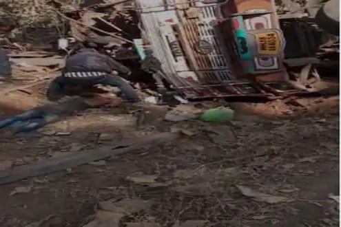भीषण अपघातानंतर ट्रकखाली अडकला ड्रायव्हर; 5 तासांच्या शर्थीच्या प्रयत्नांनंतर असा वाचवला जीव