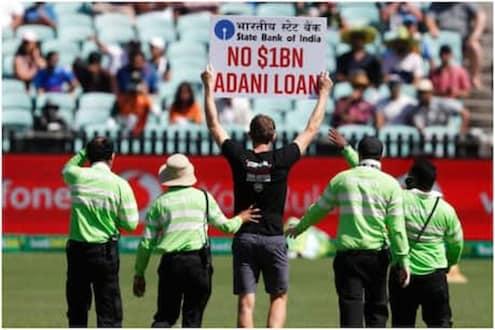 IND vs AUS : भारत-ऑस्ट्रेलिया मॅचदरम्यान मैदानात घुसले आंदोलनकर्ते