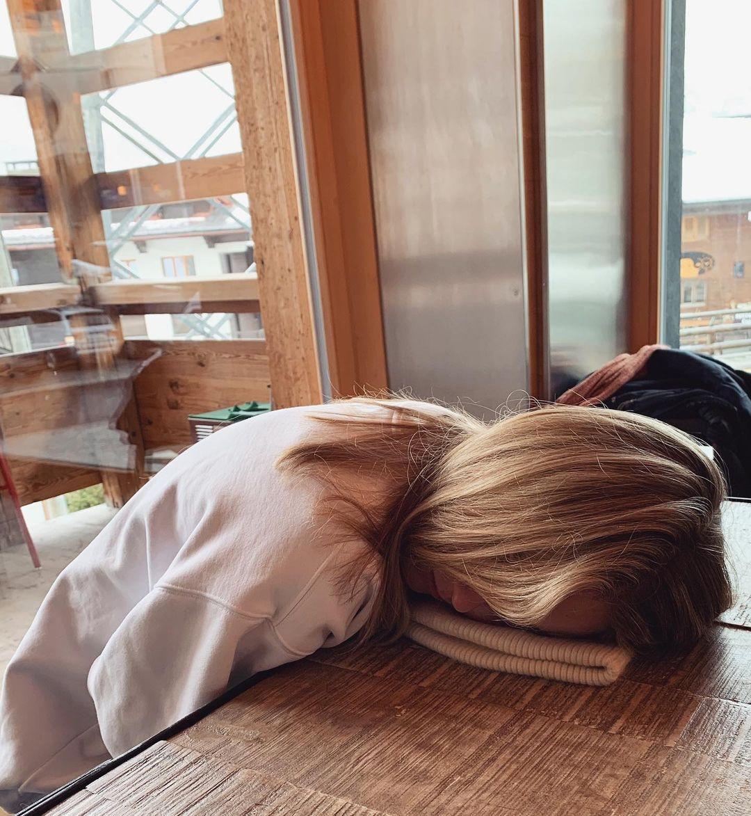 बेली हट्ट ही फिटनेस ट्रेनर आहे. तिला2012 सालापासूननारकोलेप्सी हा आजार आहे. यामुळे तिला दिवसाला16-16 तास झोप लागते. बेलीला तिच्या या आजारामुळे दैनंदिन कामंही करणं अशक्य होतं. शाळा, परीक्षा, कँटीन कुठेही ती झोपायची.(फोटो सौजन्य -bellehutt/इन्स्टाग्राम)