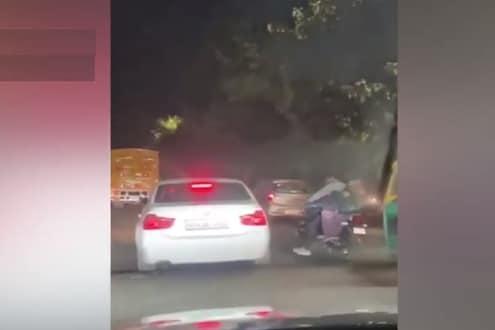 BMW कारमधून जाणाऱ्या तरुणांची गुंडगिरी, भरचौकात दाम्पत्यावर चालवली गोळी, पाहा LIVE VIDEO