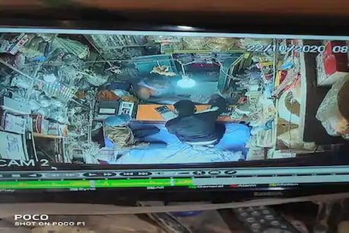 VIDEO : धनत्रयोदशी आधी सराफावर संकट, ग्राहक म्हणून आलेल्या दोघांनी लुटलं लाखोंचं सोनं