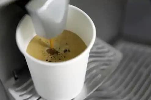 पेपर कपमध्ये चहा पिणं इकोफ्रेंडली असेलही, पण आरोग्यासाठी ठरू शकतं धोकादायक