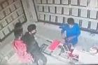CCTV VIDEO : भरदिवसा ज्वेलर्सच्या दुकानात बंदुकीसह घुसले चोर