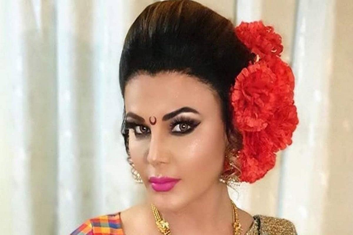 बोल्ड, आयटम गर्ल आणि सतत कोणत्यातरी वादांमध्ये अडकणारी बॉलिवूडची एक अभिनेत्री म्हणजे राखी सावंत (Rakhi Sawant). या बिनधास्त अभिनेत्रीचा आज वाढदिवस आहे. राखीचा जन्म 25 नोव्हेंबर 1978 मध्ये मुंबईत झाला होता.