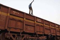 एका चुकीमुळे आयुष्य संपलं; ट्रेनवर चढून सेल्फी घेण्यासाठी मोबाइल धरला वर आणि...