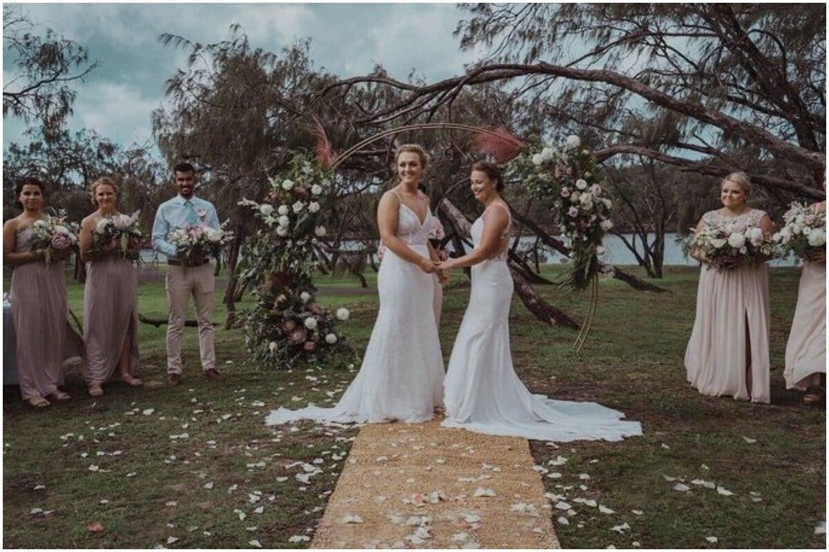 हेली जेन्सन आणि निकोला हॅनकॉक: न्यूझीलंडची आंतरराष्ट्रीय महिला क्रिकेटर हेली जेन्सनने 2019 मध्ये तिची जोडीदार निकोला हॅनकॉकशी लग्न केले. निकोला ऑस्ट्रेलियाची रहिवाशी असून दोघी बिग बॅश लीगमध्ये मेलबर्न संघासाठी खेळतात. निकोला एक स्टार बॉलर असून ती ऑस्ट्रेलियामध्ये देशांतर्गत क्रिकेट खेळते. निकोलाला अद्याप राष्ट्रीय संघात खेळण्याची संधी मिळालेली नाही, परंतु जेन्सन हे न्यूझीलंडच्या राष्ट्रीय संघात आहे. फोटो सौजन्य-Melbourne Stars/Twitter)