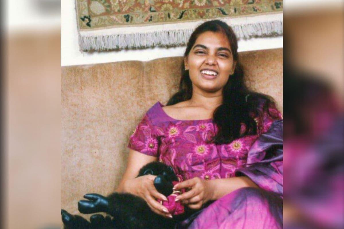 Silk Smitha deathोसिल्क स्मिताचं खरं नाव विजयालक्ष्मी. तिने करिअरच्या पहिल्या 10 वर्षातच 500 सिनेमांमध्ये काम केलं. वॅण्डीचकर्म सिनेमातील सिल्क हे  कॅरेक्टर एवढ प्रसिद्धीस आलं की विजलक्ष्मीने खुद्द आपलं नाव सिल्क स्मिता ठेवून घेतलं.