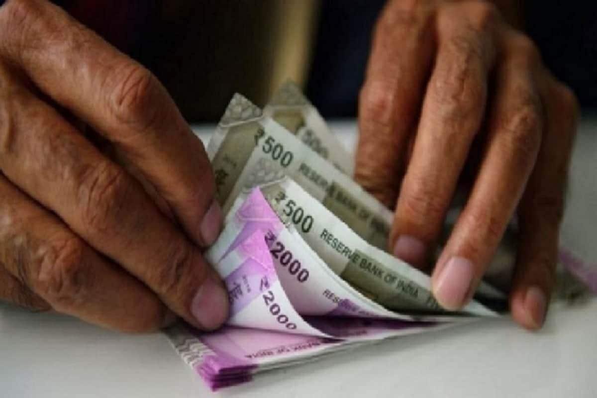मागील एका वर्षात बँकांच्या व्याज दरात मोठी घसरण झाली आहे. त्यामुळे बँकेत फिक्स्ड डिपॉझिट (FD) करणाऱ्या गुंतवणूकदारांना अतिशय कमी रिर्टन मिळतात. भारतीय स्टेट बँकेत एका वर्षाच्या डिपॉझिटवर 5.5 टक्के दराने व्याज मिळतं आहे. परंतु बजाज फायनान्स लिमिटेड आपल्या ग्राहकांना एफडीवर  6.60 टक्के दराने व्याज देत आहे. ज्येष्ठ नागरिकांना यावर अतिरिक्त 0.25 टक्के फायदा मिळतो आहे.