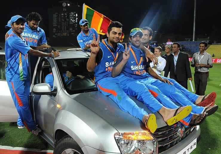 इंडियन टीमने सिरीज जिंकल्यानंतर बक्षीस स्वरूपात मिळवलेल्या डस्टर गाडीसह विराट कोहली. या फोटोमध्ये विराट गाडीवर बसलेला दिसत असून त्याच्याबरोबर इंडियन टीममधील इतर प्लेअर देखील आहेत. (Twitter)
