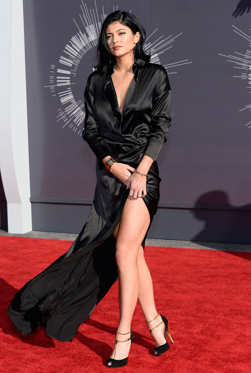 2014 MTV Music Video Awards सोहळ्यात ब्लॅक लाँग स्लीव्ह सॅटिन ड्रेसमध्ये कायलीने सर्वांचं लक्ष वेधून घेतलं होतं.(फोटो सौजन्य- Reuters)