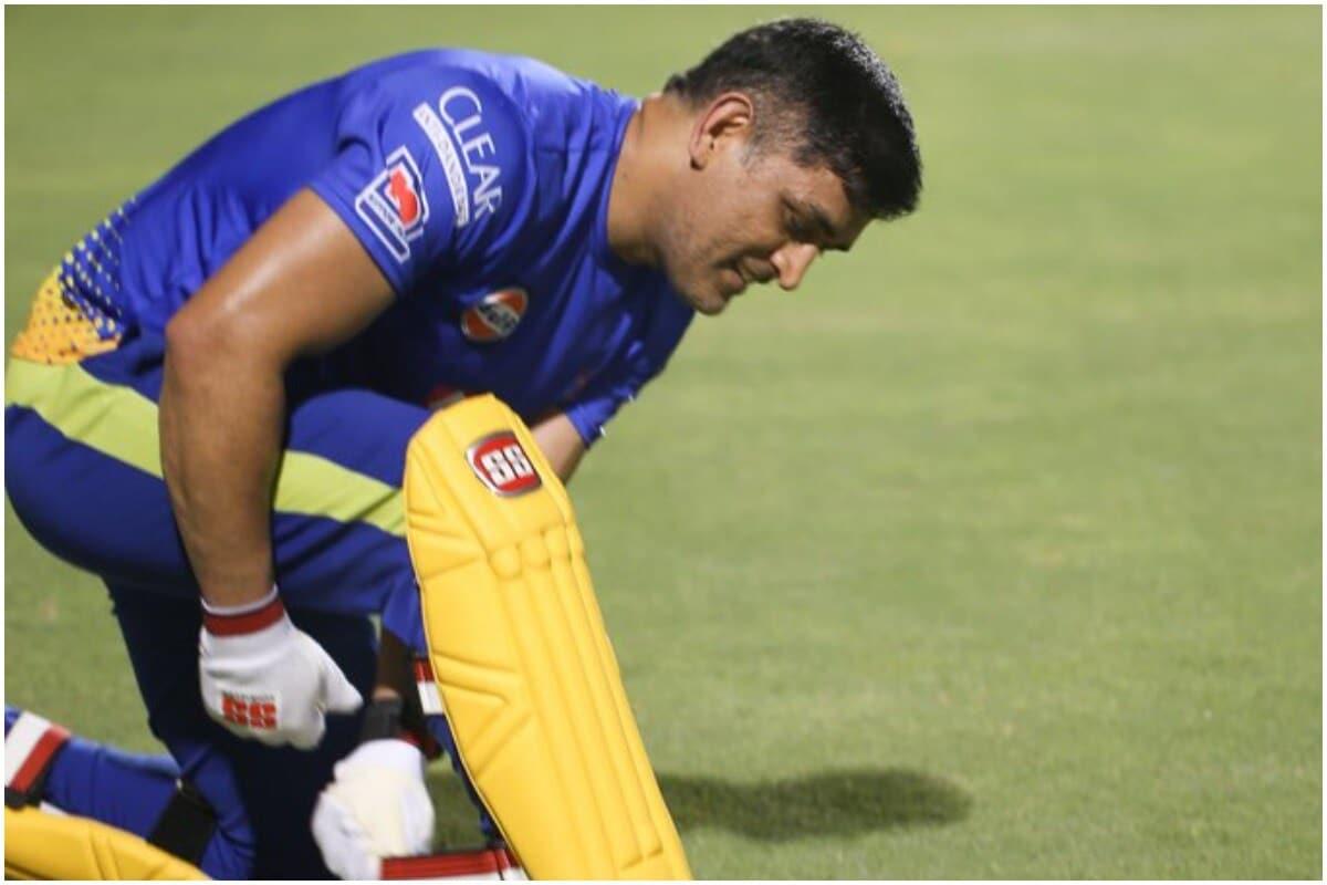एमएस धोनी : आंतरराष्ट्रीय क्रिकेटमधून निवृत्ती घेतल्यानंतर पहिल्यांदाच मैदानात उतरलेल्या एमएस धोनी (MS Dhoni) याने चाहत्यांची निराशा केली. धोनीने संपूर्ण स्पर्धेत धोनीने 25 च्या सरासरीने 200 रन केले, यामध्ये एकही अर्धशतक नव्हतं. आयपीएल इतिहासात पहिल्यांदाच चेन्नईच्या टीमला प्ले-ऑफ गाठता आली नाही. (CSK/Twitter)