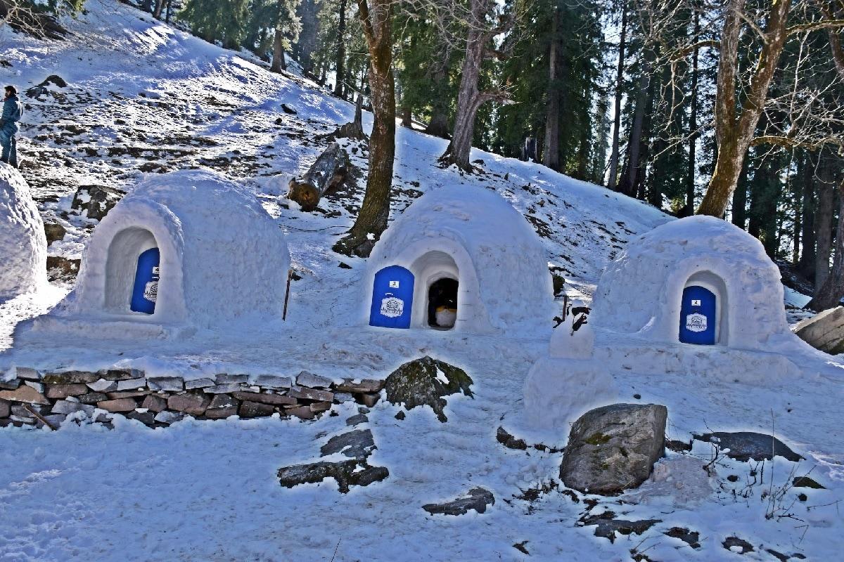 अंटार्टिकामध्ये राहण्यासाठी इग्लू (Igloo) ही बर्फाची घरं असतात, हे आपण शाळेच्या पुस्तकात वाचलं असेल, पण पर्यटनासाठी देखील या बर्फाच्या घराचा वापर होताना दिसून येतो. भारतात मनालीमध्ये(Manali) अशा इग्लूत राहायचा अनुभव मिळू शकतो.