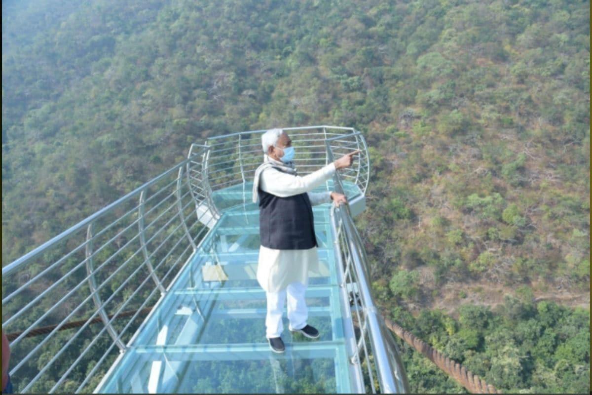 राजगीर क्षेत्रात पर्यटन आणखी वाढावं या उद्देशाने या ब्रिजची निर्मिती केली गेली आहे. चीनमधील हांगझोऊ राज्यातील 120 मीटर उंच काचेच्या पुलावरून प्रेरणा घेऊन या ग्लास स्काय वॉक ब्रिजची निर्मिती केली गेली आहे.