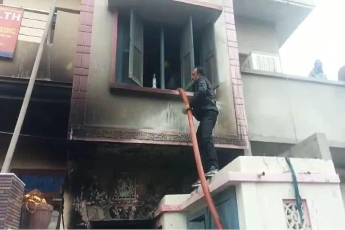 आज सकाळी 8 च्या सुमारास 60 वर्षीय अनिल कुमार यांच्या घराला भीषण आग लागली. यामध्ये अनिल कुमार (वय- 60) आणि त्यांची पत्नी सुनिता (वय-55) यांचा मृत्यू झाला आहे. त्यांच्या घरात ठेवलेला कचरा, वर्तमानपत्रे, पुठ्ठे आणि रद्दीला आग लागली. आगीची माहिती मिळताच अग्निशमन दलाने घटनास्थळी धाव घेऊन आग विझविण्याचा प्रयत्न केला.
