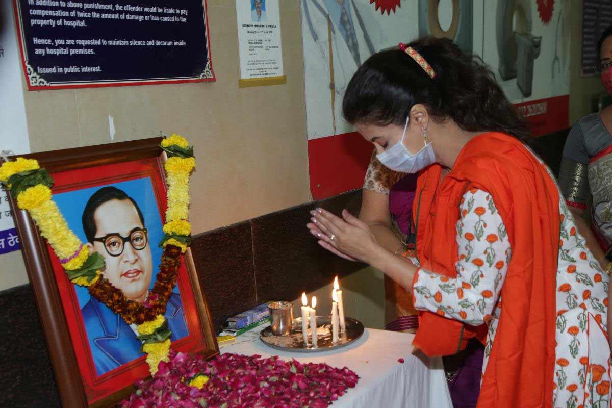बॉलिवूड अभिनेत्री उर्मिला मातोंडकर (urmila matondkar) यांनी आज भारतरत्न डॉ. बाबासाहेब आंबेडकर यांच्या महापरिनिर्वाण दिनानिमित्त मुंबईतील कूपर हॉस्पिटलमध्ये त्यांच्या प्रतिमेस अभिवादन केलं.
