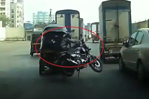 कट मारल्याच्या वादातून रिक्षा चालकानं बाईकस्वाराला उडवलं, पाहा मुंबईतील अपघाताचा थरारक VIDEO