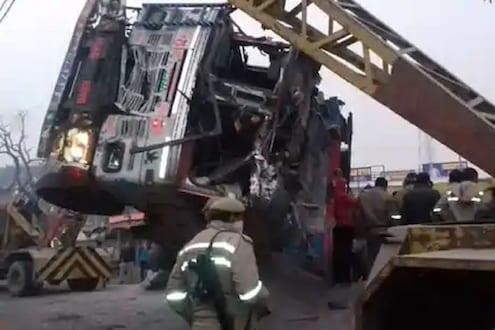 खडीने भरलेला ट्रक कारवर उलटून भीषण अपघात, 8 जणांचा जागीच मृत्यू