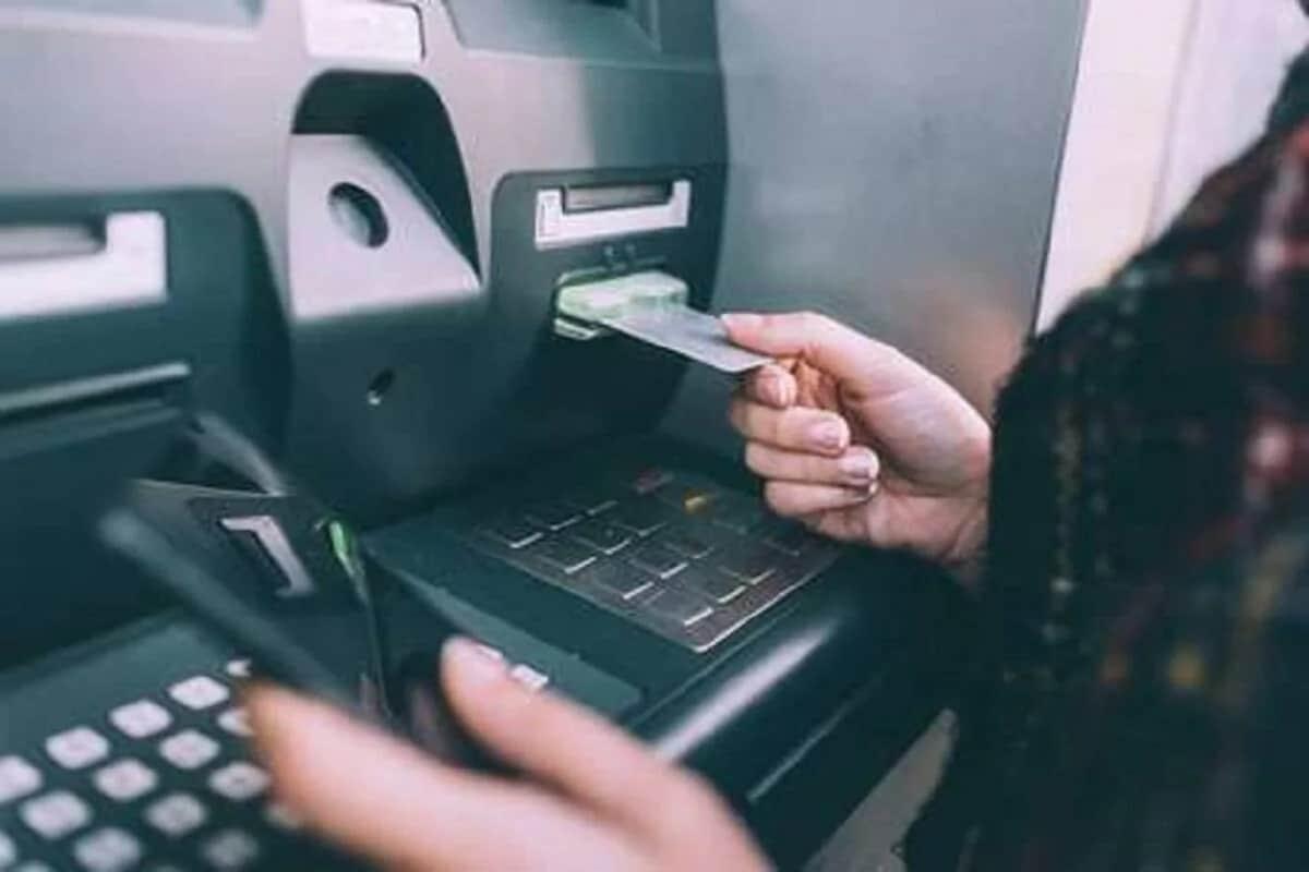 ग्राहकांना चांगली बँक फॅसिलिटी (Bank Facility) देण्यासाठी आणि फ्रॉड एटीएम ट्रांझाक्शन (Fraud ATM Transaction) पासून वाचण्यासाठी देशातील महत्त्वाची बँक असणाऱ्या पंजाब नॅशनल बँकेने (Punjab National Bank) एक पाऊल उचलले आहे.