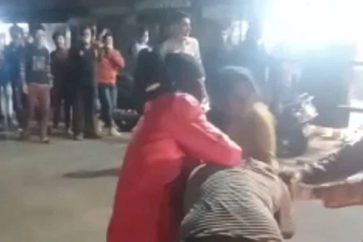 मध्य प्रदेशातील (Madhya Pradesh) इंदूर येथे रस्त्यावर चालणाऱ्या पादचाऱ्यांना चाकू दाखवून घाबरवणाऱ्या दोन 'लेडी डॉन'ला पोलिसांनी ताब्यात घेतलं आहे. सांगितलं जात आहे की, याच दोन महिलांनी काही दिवसांपूर्वी तुकोगंज पोलीस ठाणे हद्दीतील एका दुकानात तरुणीला मारहाण केली होती.