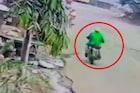 बाईकस्वारांनी खेचली आजींच्या गळ्यातली पावणे दोन तोळ्याची चेन, पाहा  VIDEO