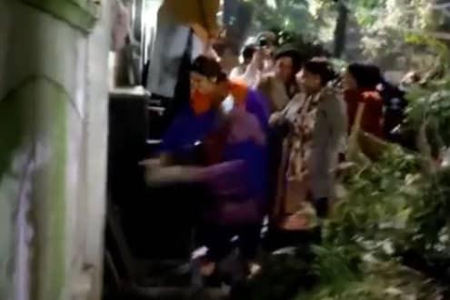 मुख्यमंत्री अरविंद केजरीवाल यांच्या घराबाहेर तोडफोड; VIDEO मध्ये भाजप महिला नेत्या असल्याचा दावा