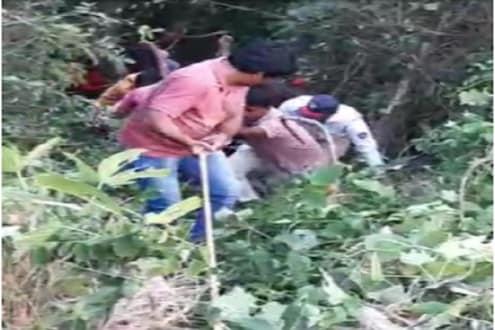 VIDEO : मुंबई-गोवा महामार्गावर घाटात तब्बल 500 फूट खोल दरीत कोसळली कार