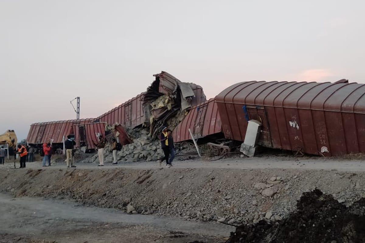 अहमदनगर-श्रीगोंदा रेल्वे स्थानकाजवळ मालवाहतूक करणाऱ्या रेल्वेचे 12 डबे रुळावरून घसरल्याची घटना घडली आहे. सुदैवाने या दुर्घटनेत कोणतीही जीवितहानी किंवा जखमी झाले नाही. मात्र, या दुर्घटनेमुळे रेल्वे वाहतूक सेवा ठप्प झाली आहे.