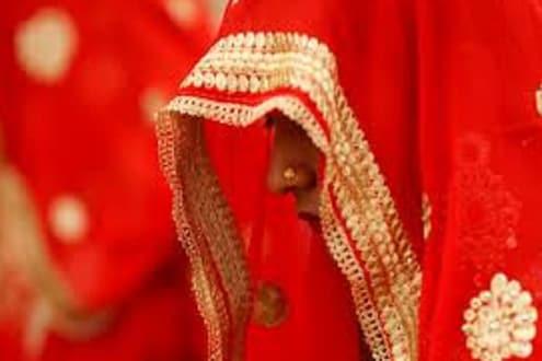 वर्गातच अल्पवयीन मुला-मुलीचं लग्न; मंगळसुत्र, सिंदुर भरतानाचा VIDEO VIRAL