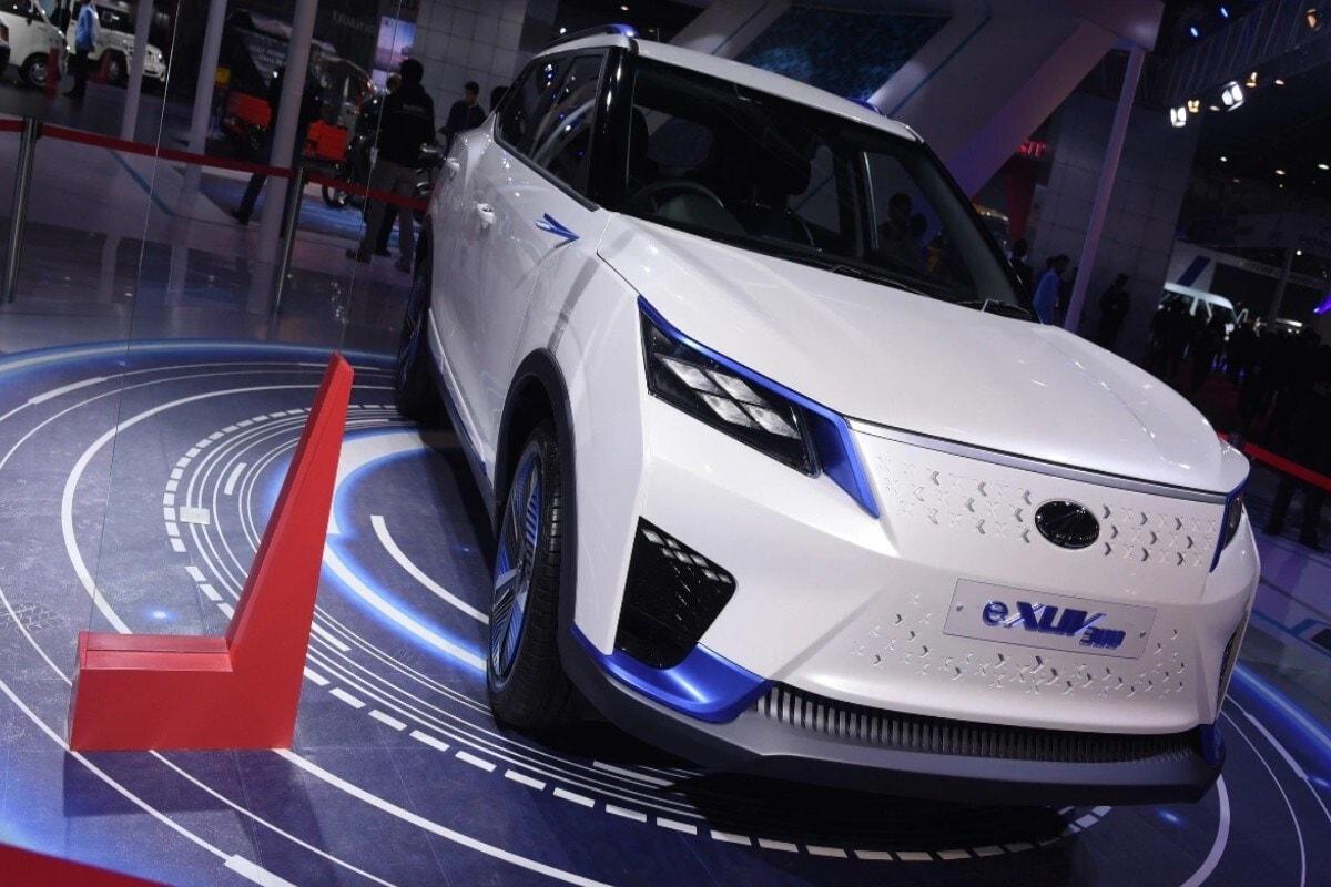 Maruti, Mahindra आणि Tata सारख्या कंपन्या सर्वसामान्यांच्या बजेटमध्ये येणाऱ्या इलेक्ट्रिक कार लाँच करणार आहेत. महिंद्रा येणाऱ्या दिवसांत पॉप्युलर XUV300 चं इलेक्ट्रिक वेरिएंट लाँच करणार आहे. या कारला 2020 च्या ऑटो एक्स्पोमध्ये पहिल्यांदा प्रदर्शित करण्यात आलं होतं. मिळालेल्या माहितीनुसार, या कारची किंमत 13 लाख रुपये असू शकते.
