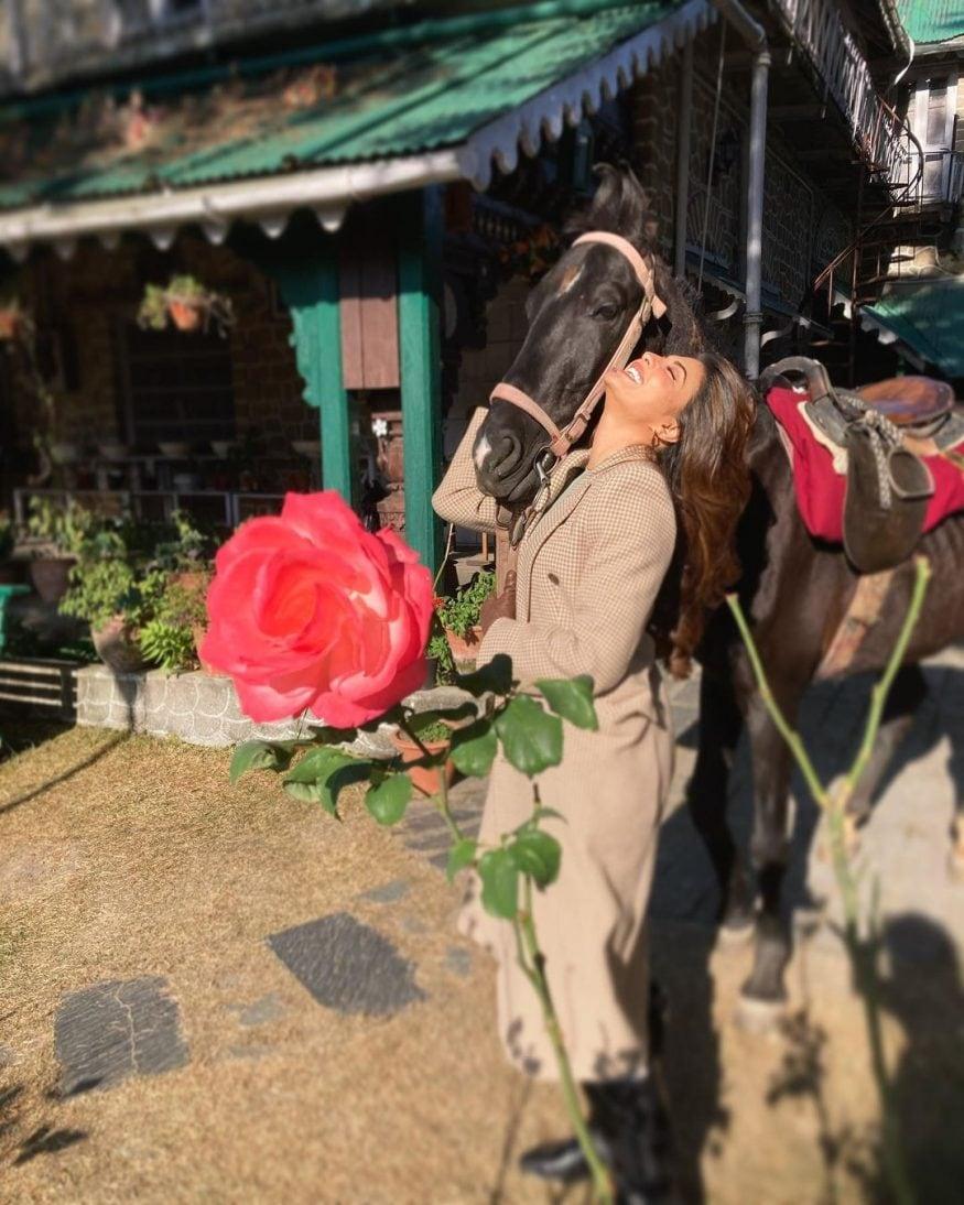 एका घोड्याला धरून खळखळून हसणारी जॅकलिन. एका आउट डोअर शूटिंग दरम्यानचा हा फोटो आहे. जॅकलिनचं घोड्यांबद्दलचं प्रेम सर्वश्रुत आहे. त्याचीच प्रचीती इथं येत आहे. (फोटो सौजन्य - Instagram)