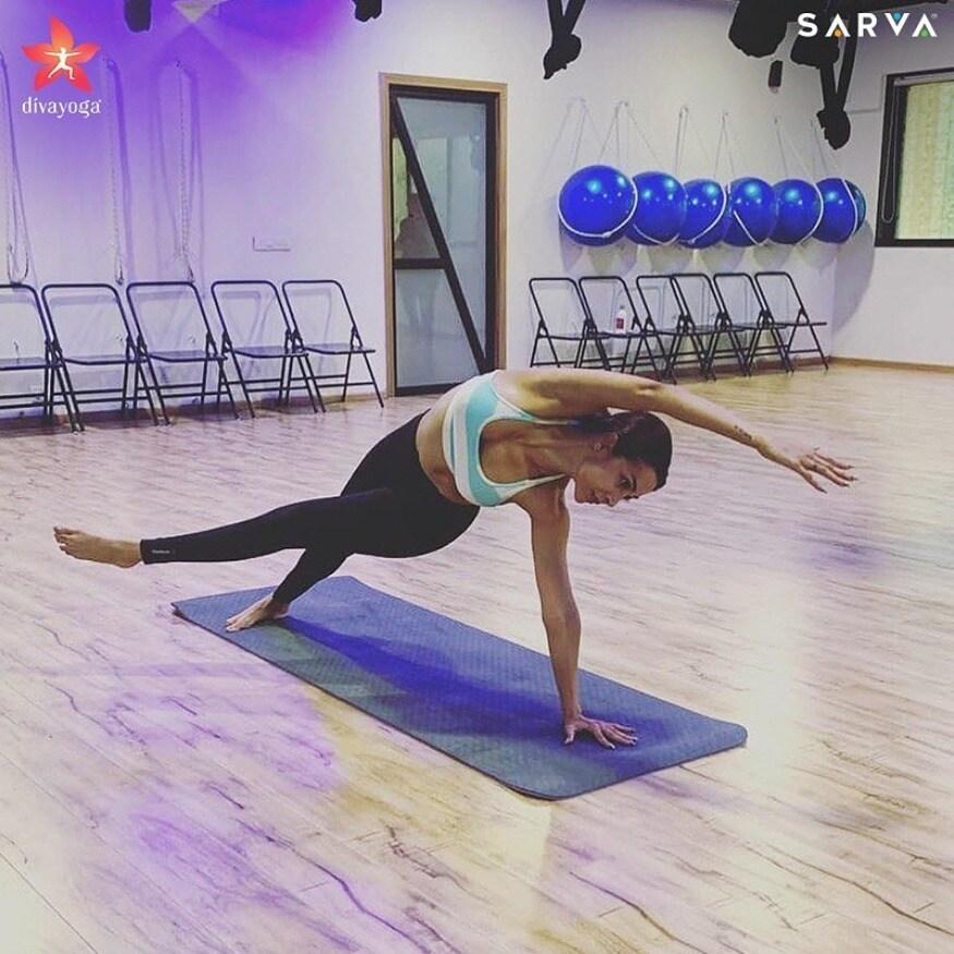 वशिष्ठासन मध्ये side plank pose करताना मलायका अरोरा (Image: Instagram)