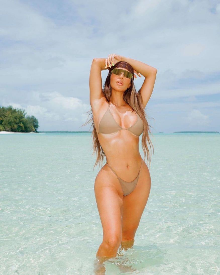 तिच्या बोल्ड आणि सेक्सी अदांनी किम सगळ्यांना घायाळ करत आहे. (Image: Instagram)