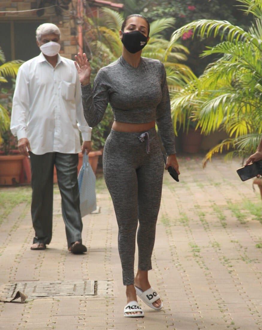 सोशल मीडियाच्या माध्यमातूनही मलायका फिटनेस टीप्स देत असते. तसेच अनेकदा ती तिचे जीम आणि योगा व्हिडीओ सुद्धा शेअर करताना दिसते. (Image: Viral Bhayani)